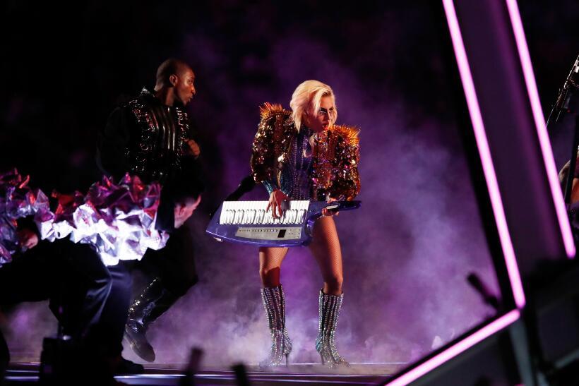 Lady Gaga interpretó 'Born this Way', un tema que sus fans asegu...
