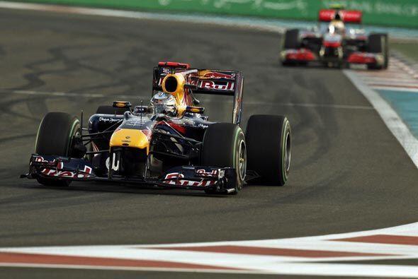Vettel tomó una amplia ventaja sobre Hamilton después de las primeras vu...