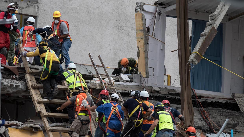 Un grupo de rescatistas continúan buscando a personas con vida en...