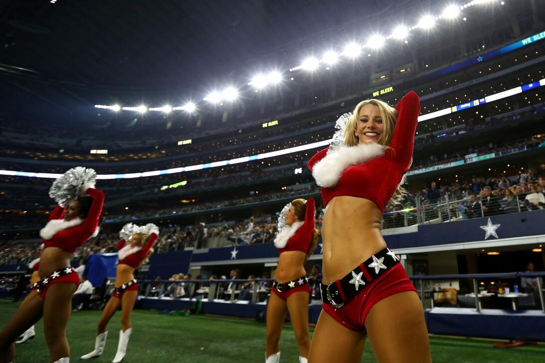 La Navidad y el colorido se toman la fiesta de la NFL GettyImages-630227...