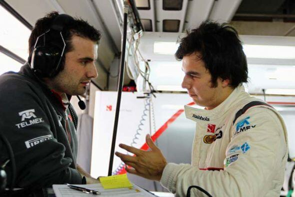 El piloto mexicano analizó la estrategia con su equipo antes de comenzar...