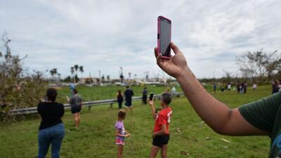 Decenas de personas en una colina de Dorado, a 40 kilómetros de San Juan...