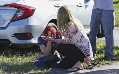 Madres desconsoladas después de la masacre en la escuela Marjory...
