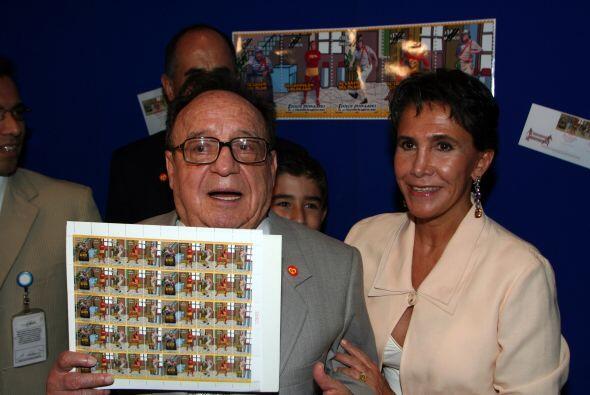 """Chespirito muestra las estampillas postales de """"El Chavo del 8"""" y """"El Ch..."""