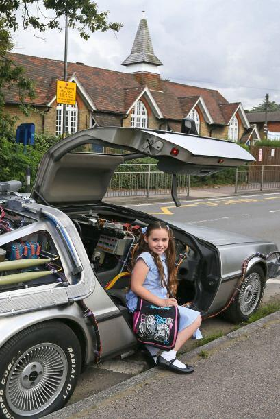 Algunas personas al ver el DeLorean por las calles lo siguen a donde vay...