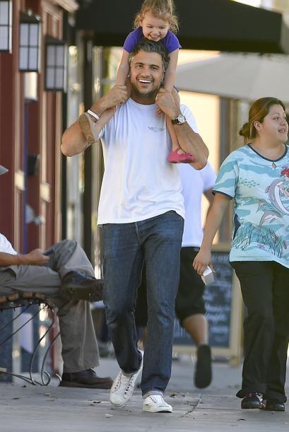 Así fue captado Jaime Camil, llevando a su pequeña Elena en hombros.