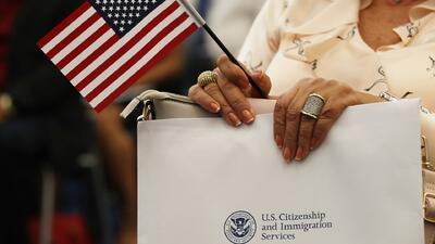 Los puntos clave del plan del gobierno que busca limitar la residencia y ciudadanía a inmigrantes