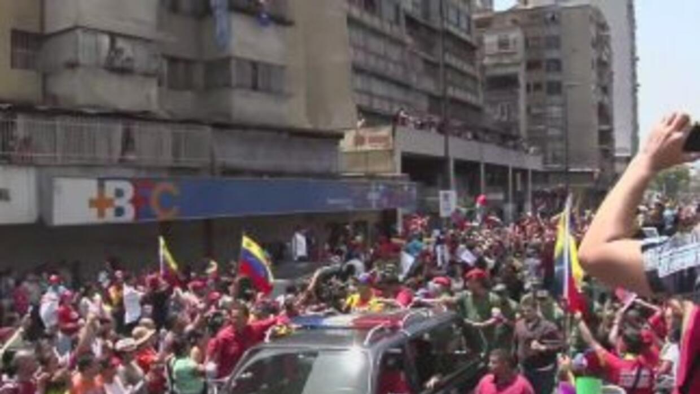 Una marea de simpatizantes del presidente Hugo Chávez desfiló junto a su...