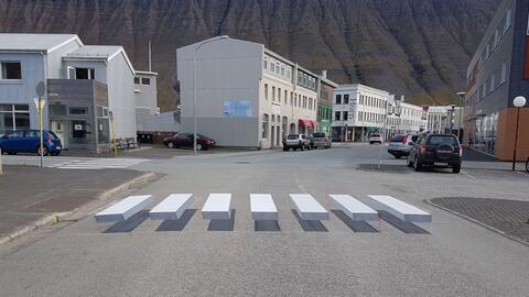 Paso peatonal de apariencia tridimensional en el poblado de Ísafj...