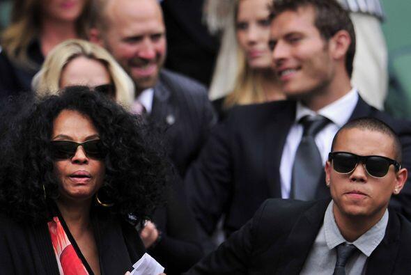 Diana Ross portaba gafas oscuras, quizá con el fin de que nadie la recon...