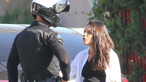 Mila Kunis junto a un policía.