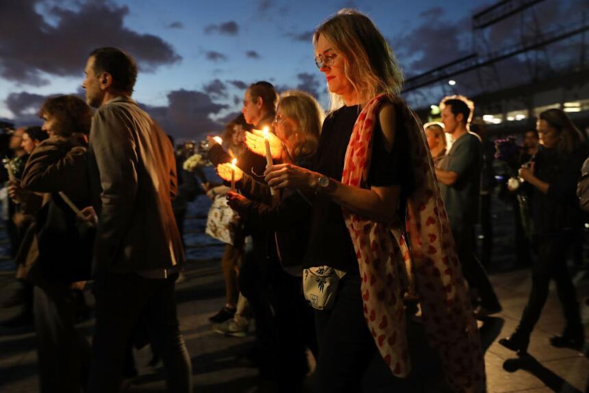 Este jueves, decenas caminaron con velas para rendir tributo a las vícti...