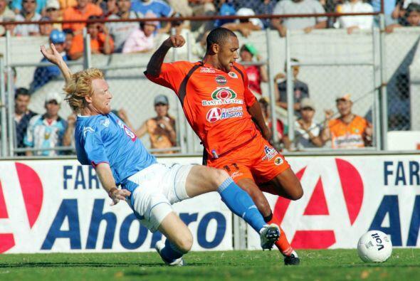 Federico Lussenhoff, un defensor argentino que disputaba el balón...