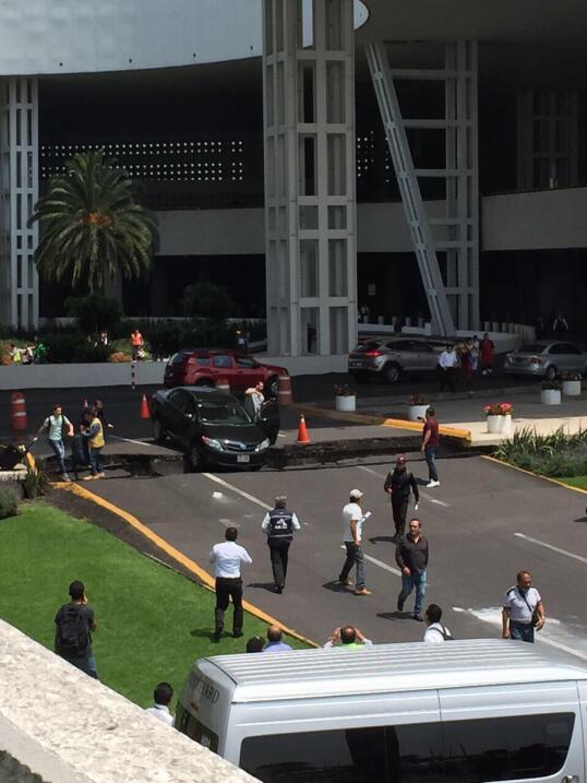 Destrozos en el aeropuerto internacional de la ciudad de México.