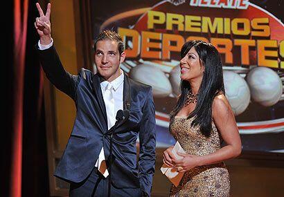 El piloto de autos Steven Goldstein entregó premio junto a la sexy Vicky...