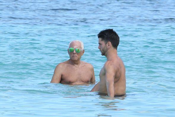 """El diseñador tomó unas vacaciones en Barbados junto a unas """"amistades""""."""