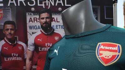 Arsenal presentó su nueva indumentaria para la temporada 2017/18