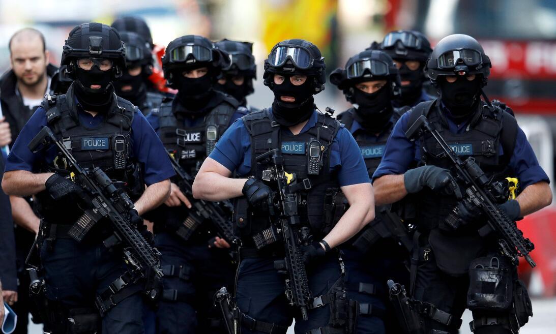 Una fuerza especial de la policía armada, algo muy inusual en Londres, s...