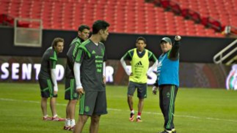 En esta imagen se puede observar la linea defensiva de la selección mexi...