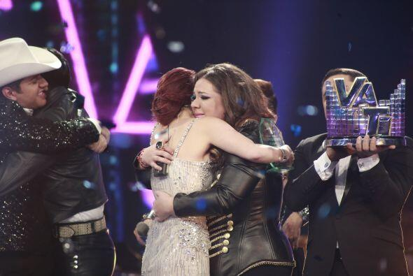 Dulce María también fue a abrazarla.