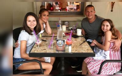 Natasha Alexander, Jennifer López, Alex Rodríguez y Ella Alexander compa...
