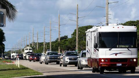 Autos escapando de la zona de los Cayos, en Florida, antes de la llegada...