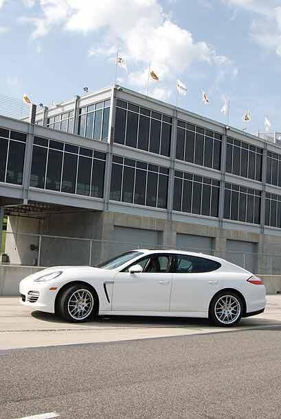El Porsche Panamera a pesar de ser un deportivo no olvida su funcionalid...