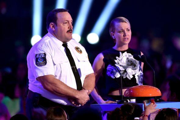 Kevin James y Kaley Cuoco presentaron otro premio.