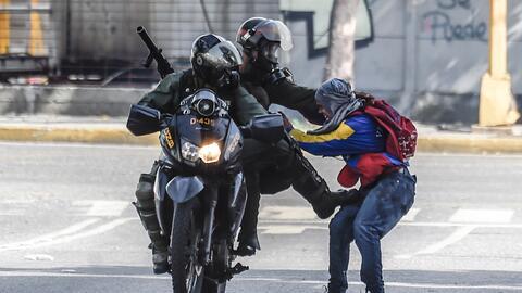 La Guardia Nacional Bolivariana detiene a un manifestante en Caracas el...