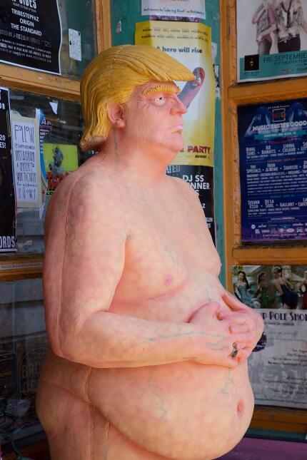 La estatua fue titulada 'El emperador no tiene bolas'