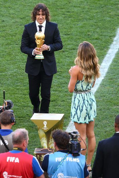 Carles Puyol y Gisele Bündchen con la Copa. Mira aquí los vi...