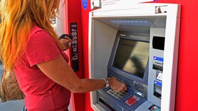 Cómo proteger cuentas bancarias y tarjetas de débito ante un posible robo cibernético a cajeros automáticos