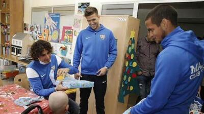 El equipo de Málaga convivió con niños de un hospital.