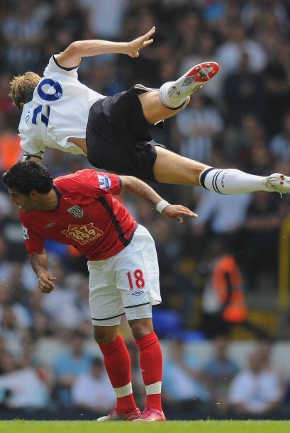 A Carlos Vela lo marcaron de todas maneras en el partido entre West Brom...