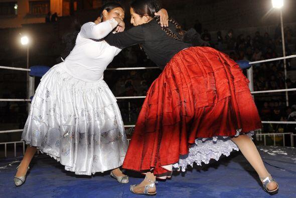 La lucha libre se llena de color y faldas pomposas en los cuadril&aacute...