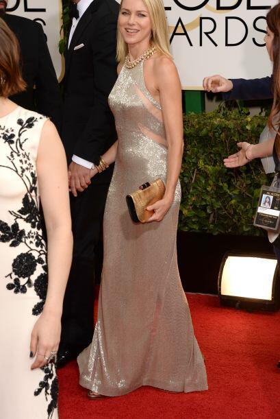 Sencillo el diseño, pero la textura y el color del vestido de Naomi Watt...