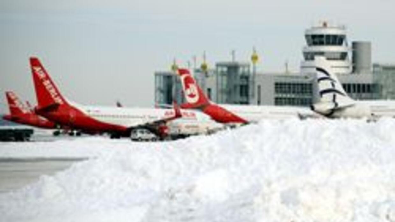 Gobierno restringio a tres horas tiempo de espera abordo de aviones demo...