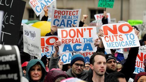Un grupo de personas protesta contra congresistas y senadores republican...