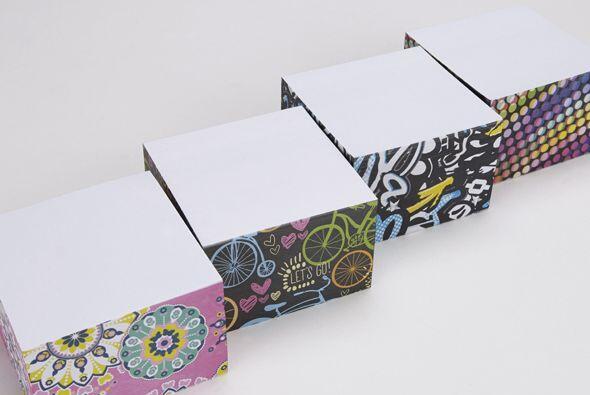 Laminitas de papel para tomar notas, si puedes también agrega un corcho...
