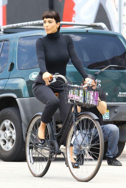 Kim tuvo que cubrir sus curvas para dar vida a la legendaria actriz. Más...