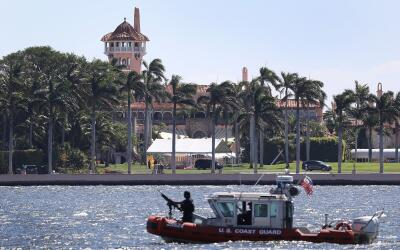 Un barco de la Guardia Costera patrullando frente al Mar-a-Lago, la llam...