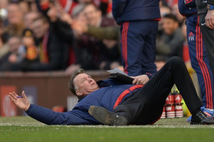 Van Gaal opaca triunfo del Man U. con caída