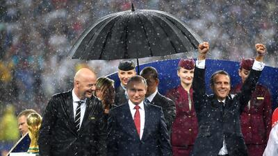 📷 El paraguas de Putin, la celebración de Macron y la protesta de Pussy Riot: los momentos más comentados de la final del Mundial
