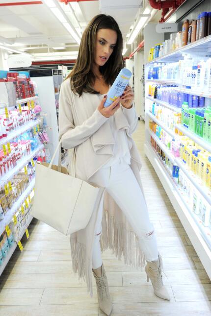 Alessandra Ambrosio hasta para ir al súper se ve hermosa.