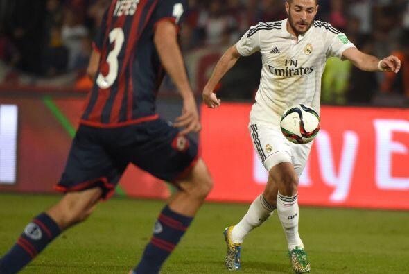 Benzema se movía adelante pero no sabía como hacerle gol a San Lorenzo.