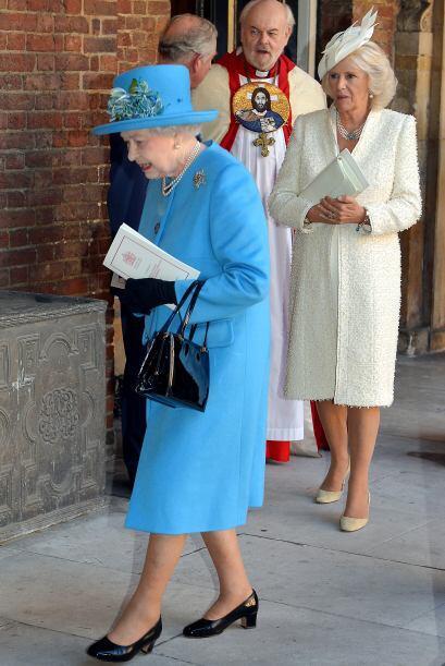 La Reina y detrás suyo, Carlos y Camilla. Mira aquí los vi...