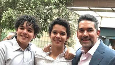 Los gemelos de Eduardo Santamarina son idénticos a él cuando era joven