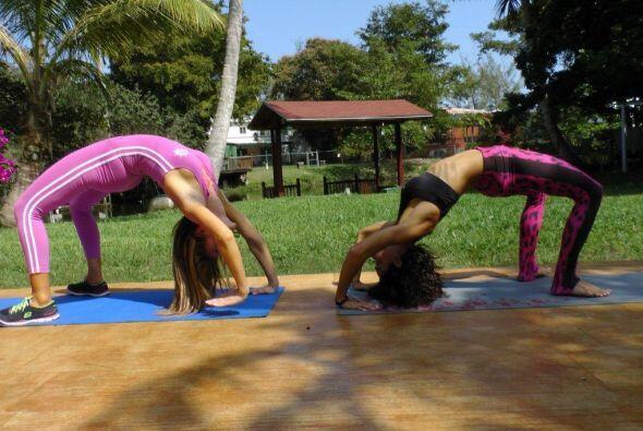 ¡Tan bella como flexible!... Mira las fotos de la rutina de yoga c...