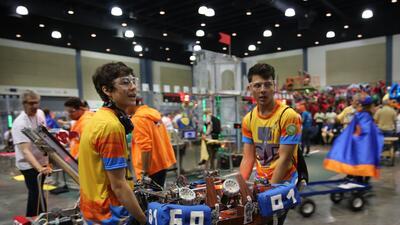 Estudiantes de Colombia desplazan su robot en la competencia First Robot...