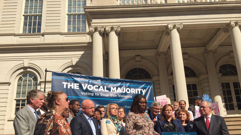 La excongresista Gabrielle Giffords, al centro con chaqueta crema, acomp...